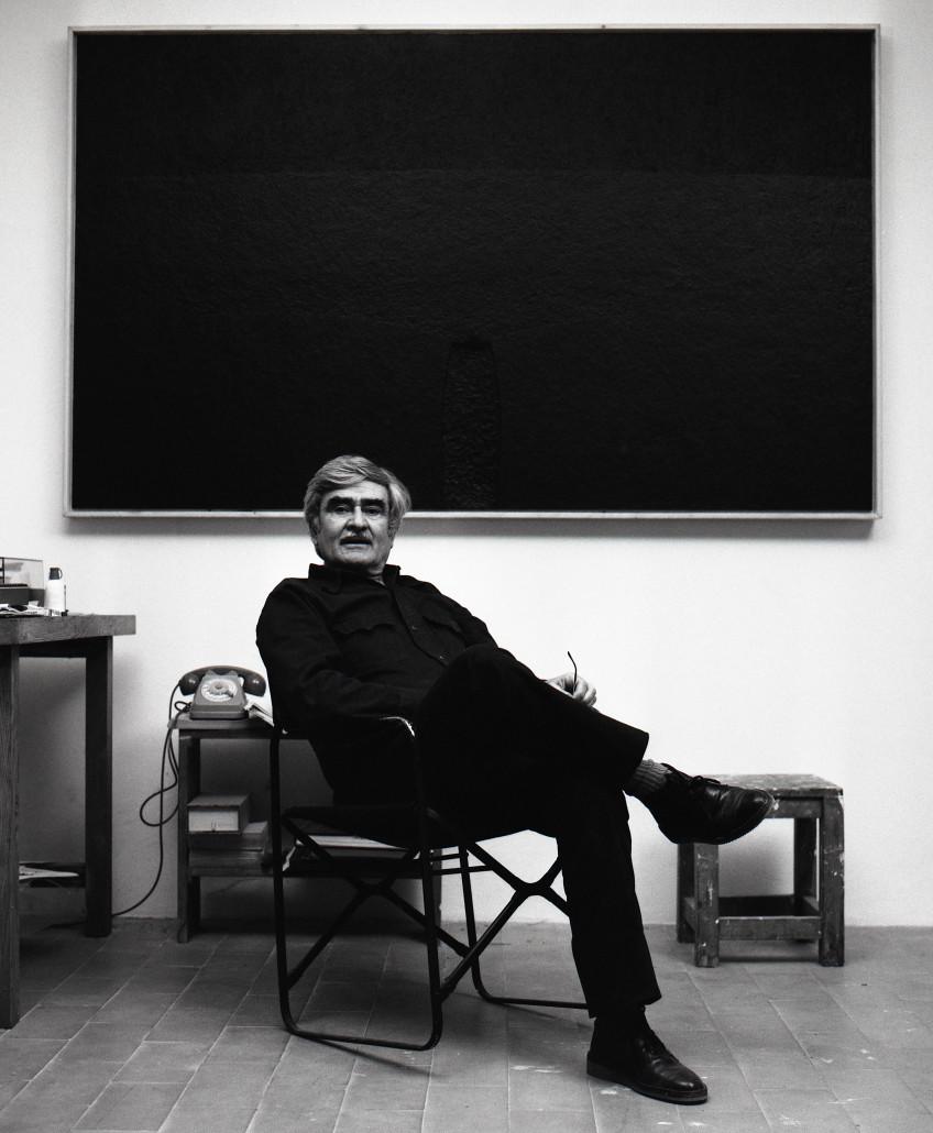 Alberto Burri nel suo studio a Case Nove di Morra, Città di Castello, Italia, 1982, Fotografia: Aurelio Amendola © Aurelio Amendola, Pistoia, Italy